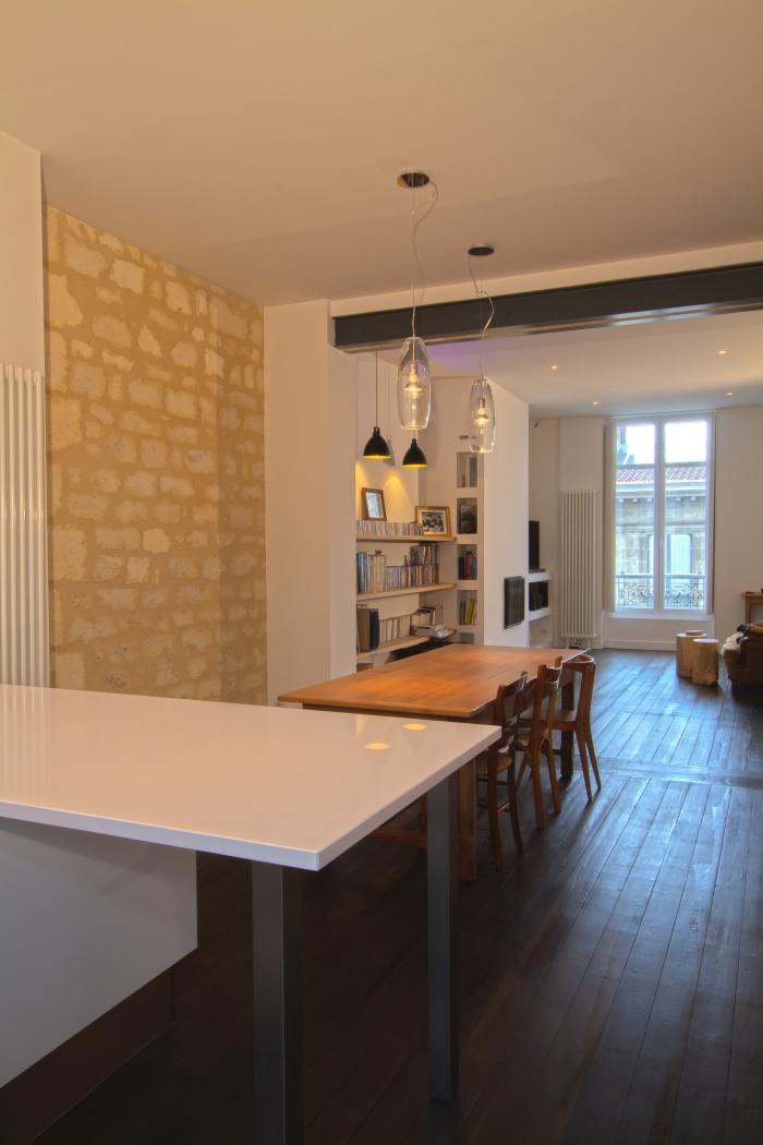 Réaménagement et rénovation d'un appartement : Vue du séjour depuis la cuisine