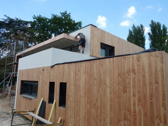 Maison contemporaine basse consommation : Mise en place du bardage bois