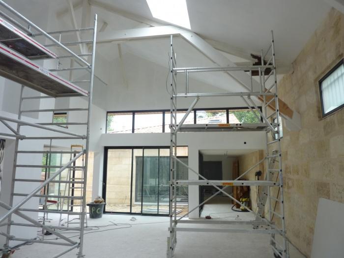 Hangar réhabilité en maison familiale : Vue sur le salon séjour