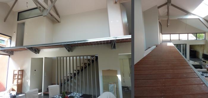 Hangar réhabilité en maison familiale : Passage mezzanine avec bois