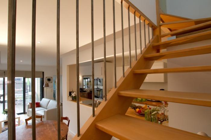 Réaménagement et surélévation d'une échoppe : Vue sur séjour depuis escalier