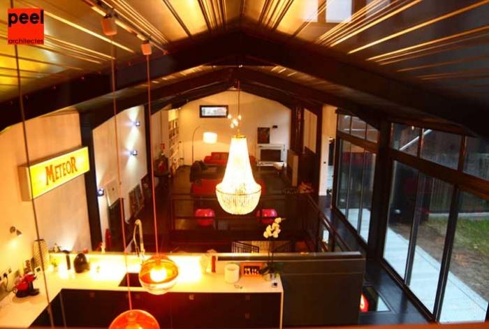 Loft Noir et Blanc : vue plongeante sur le salon