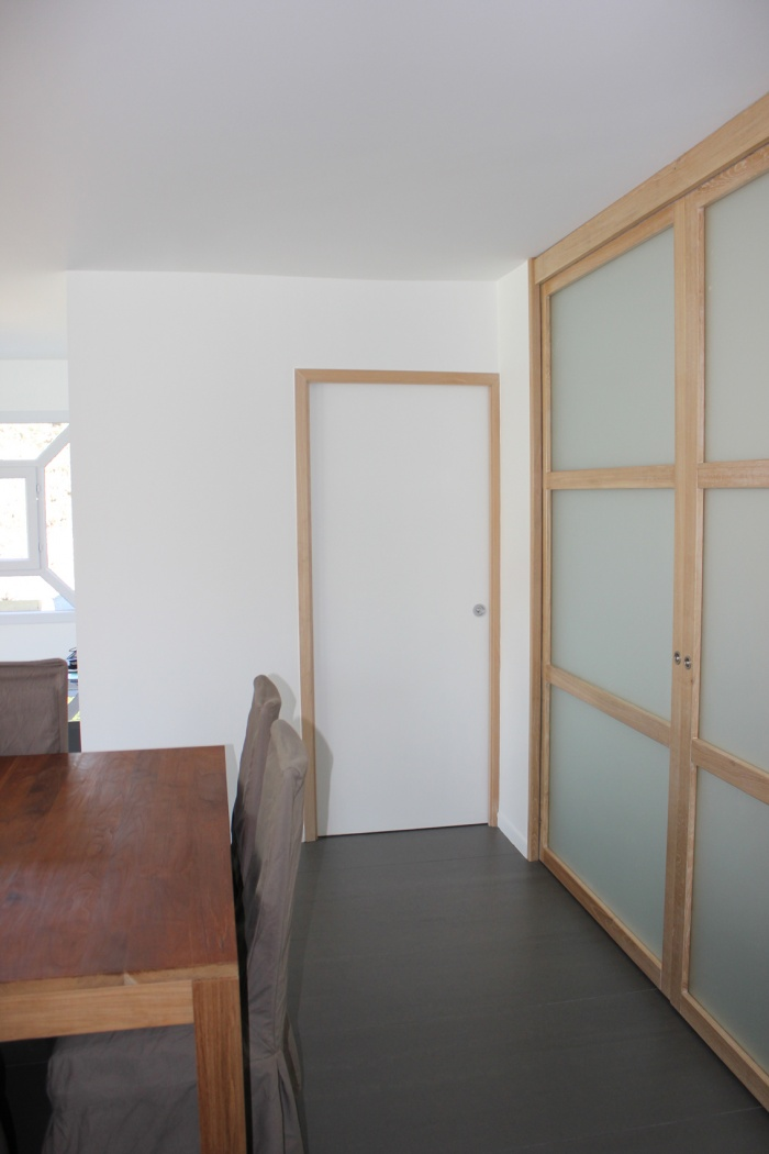 Extension et réaménagement d'une maison d'habitation : cuisine fermée