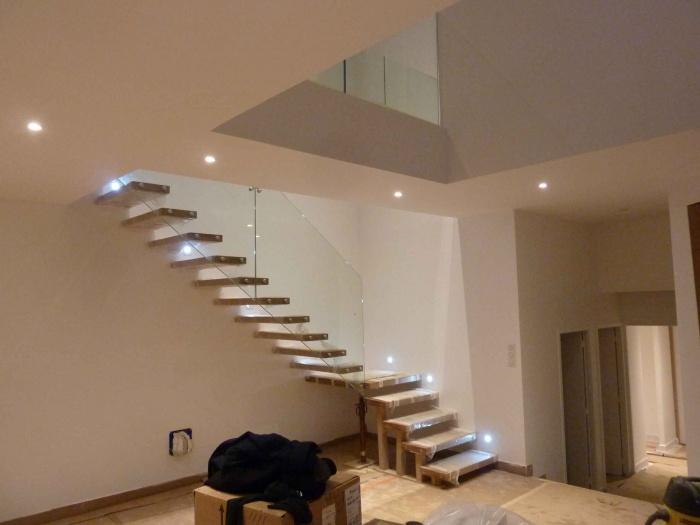 Architectes maison imbriqu e l ognan for Escalier dans le vide