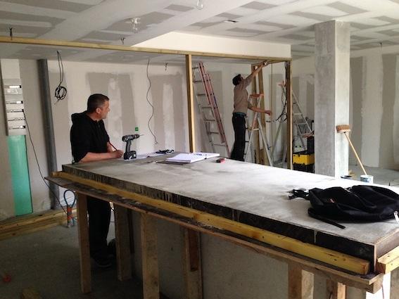 Rénovation échoppe F : Table béton en cours de séchage