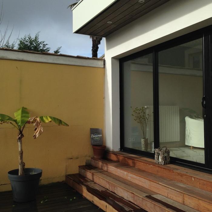 Extension d'une maison de ville : Baie vitrée alu. et marches en IPE