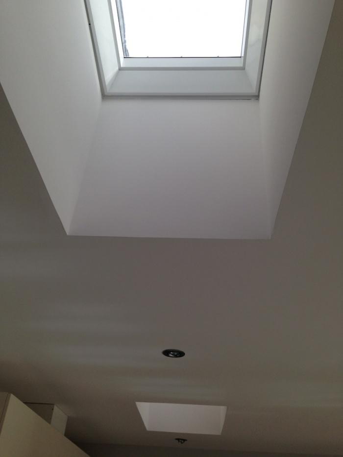 Extension d'une maison de ville : Le plafond intègre 2 Velux pour toit plat