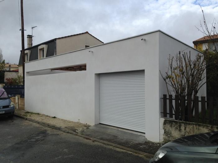 Extension d'une maison de ville : Vue du garage depuis la rue