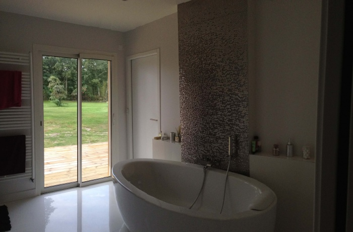 extension et rénovation habitation : 9 vue de la salle de bains avec perspective sur le jardin.jpg
