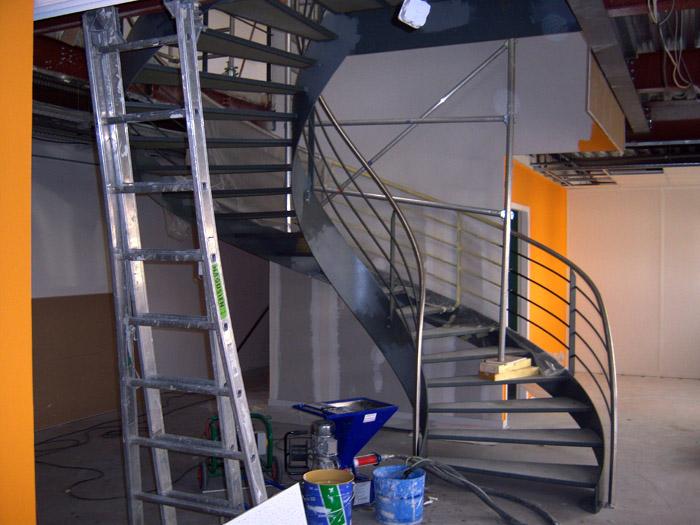 essais de peinture dans la cage d'escalier