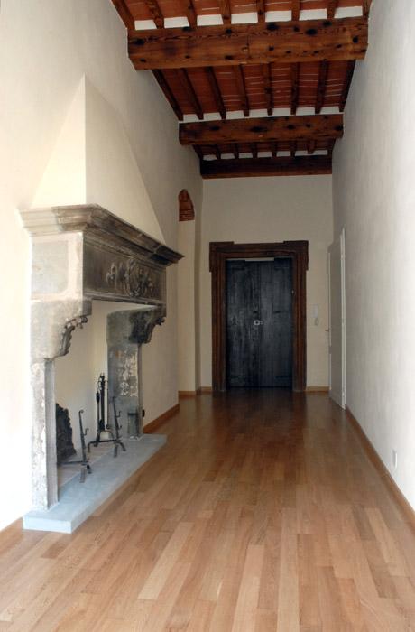 couloir avec cheminée en pierre