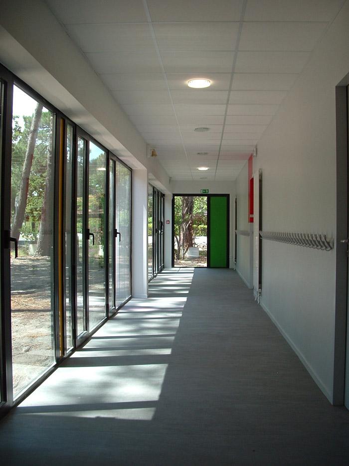 couloir avec baies vitrées